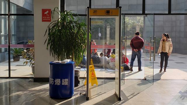 预防中小学生将手机带入校园,手机检测门显神威