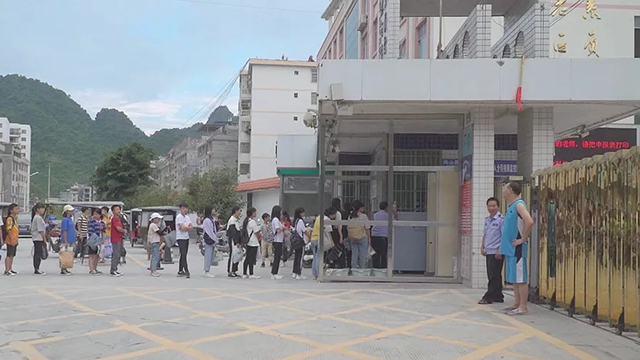 学校安检门将危险物品拒之校门外,提高校园安全