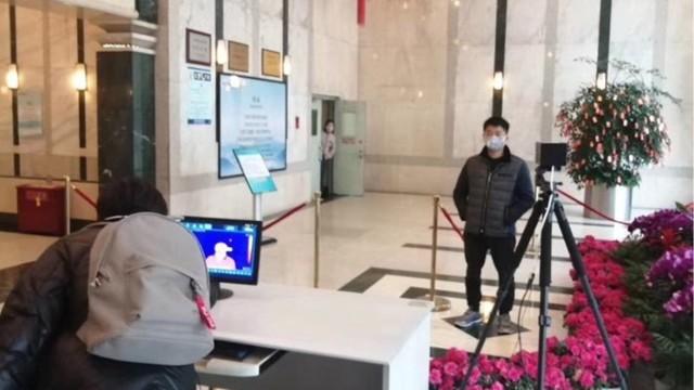 非接触式红外测温仪筑起政务服务中心疫情防控第一道防线