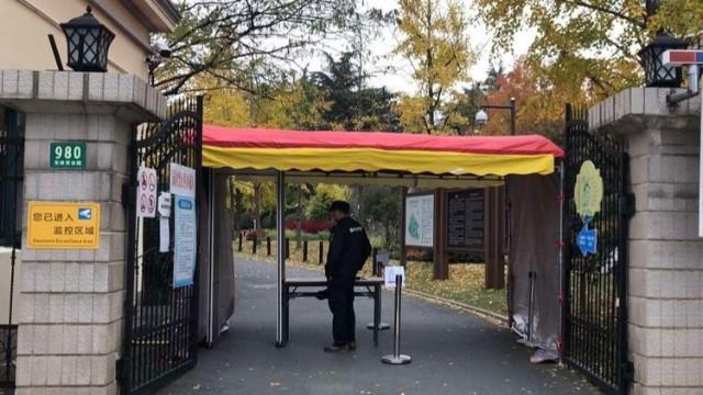 红外线感应测温安检门全面加强公园体温监测工作,确保游客安全